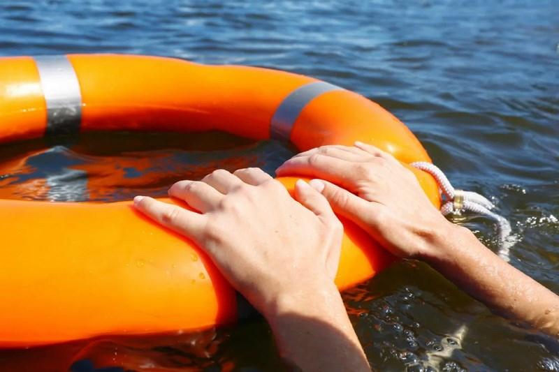 В Сестрорецком разливе трое молодых людей выпали из лодки